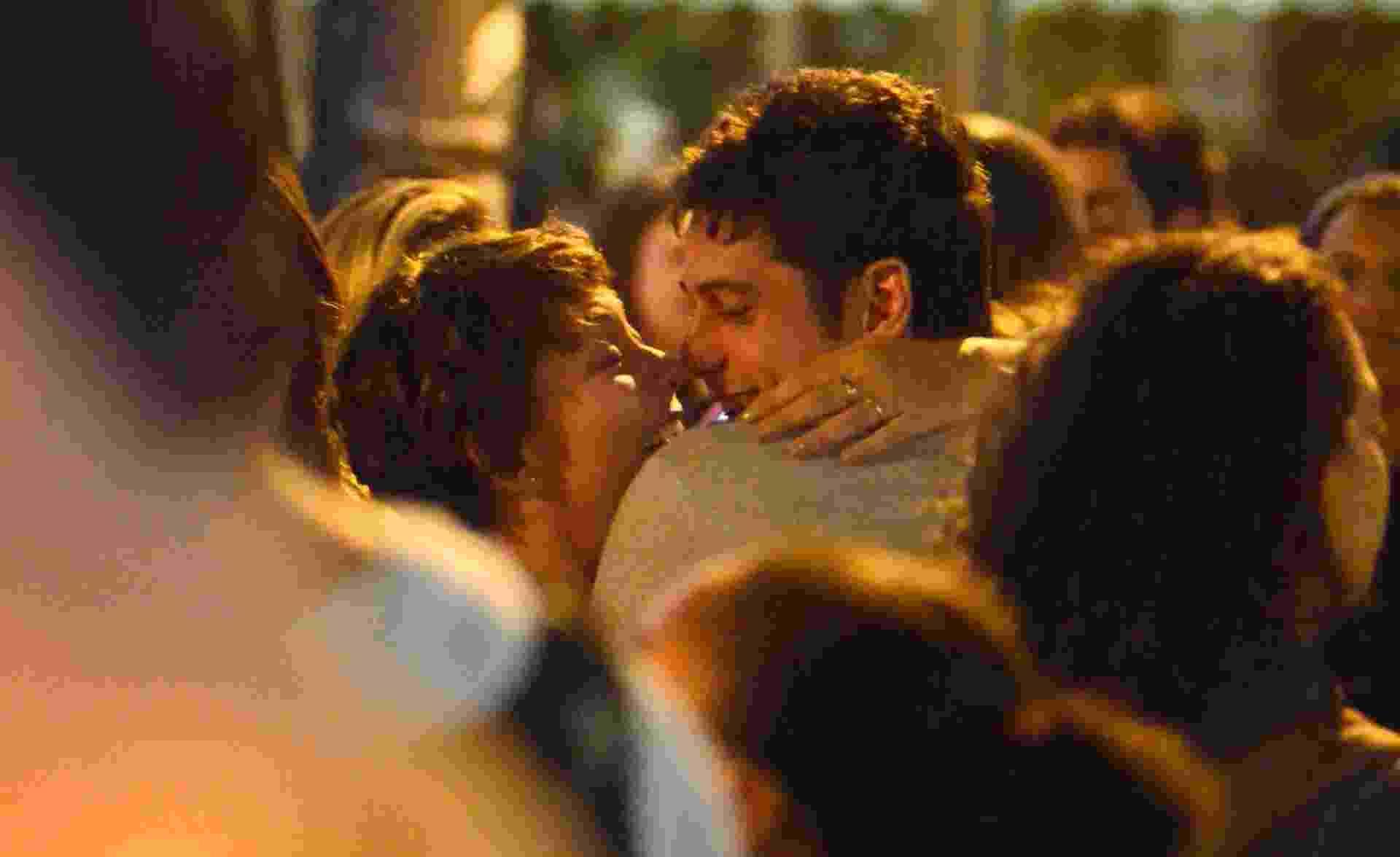 7.out.2016 - Marco Pigossi e Fabíula Nascimento são vistos aos beijos no Rio de Janeiro. Em clima de romance, os dois foram flagrados abraçando-se e divertindo-se durante a noitada desta quinta no Baixo Gávea - AgNews/AgNews