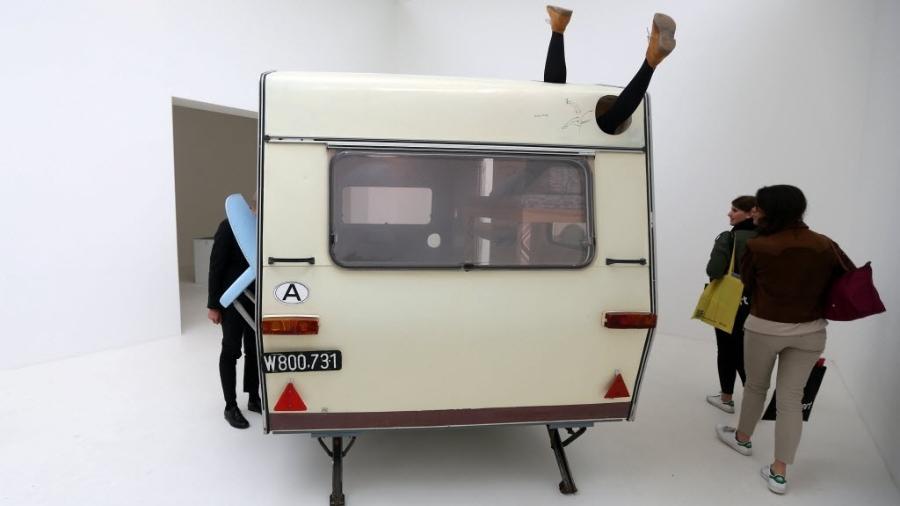 Visitantes observam instalação no pavilhão da Áustria na Bienal de Veneza - Stefano Rellandini/Reuters