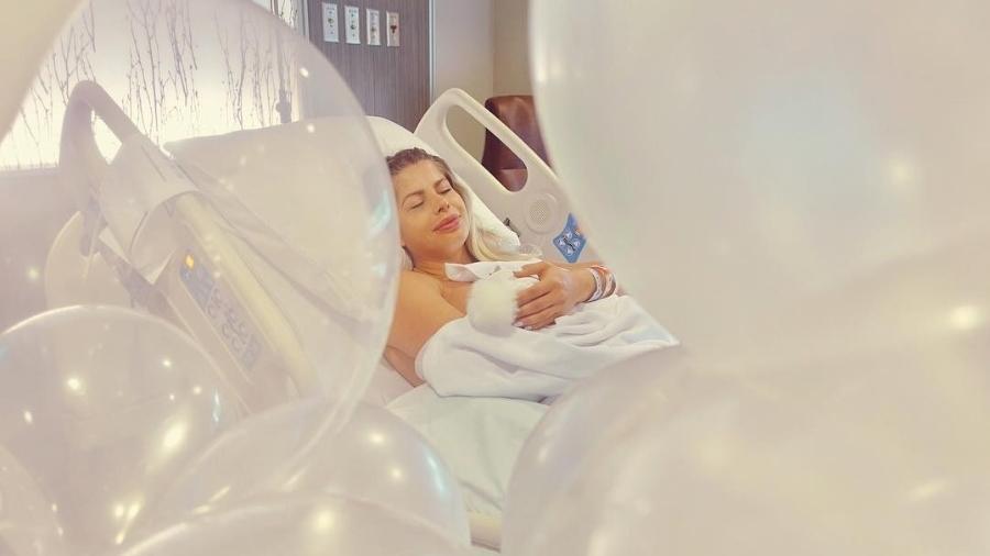 Karina Bacchi publica foto amamentando o filho, Enrico - Reprodução/Instagram/enricobacchioficial