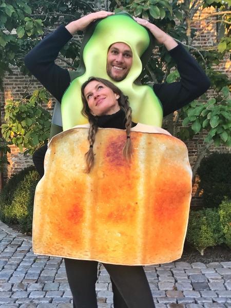 Gisele Bündchen e o marido, Tom Brady, se fantasiam de café da manhã para o Halloween - Reprodução/Instagram/gisele