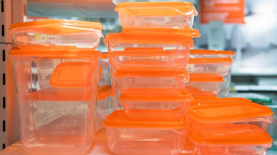 Dê um jeito na bagunça dos potes de plástico na cozinha - Getty Images