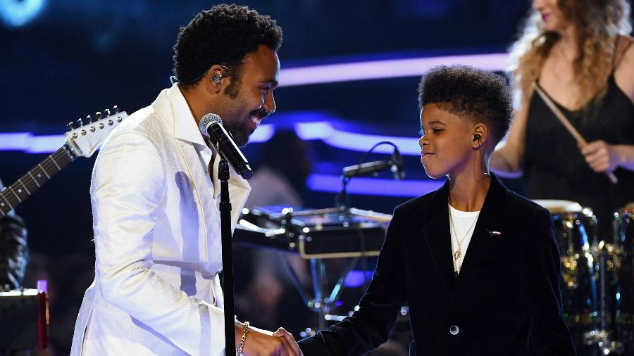 Childish Gambino e JD McCrary se apresentam no palco do Grammy 2018 - Getty Images