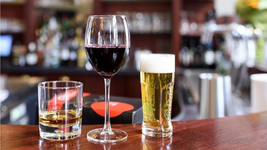 Diversos estudos já mapearam os efeitos do consumo moderado e excessivo de álcool para a saúde - Getty Images