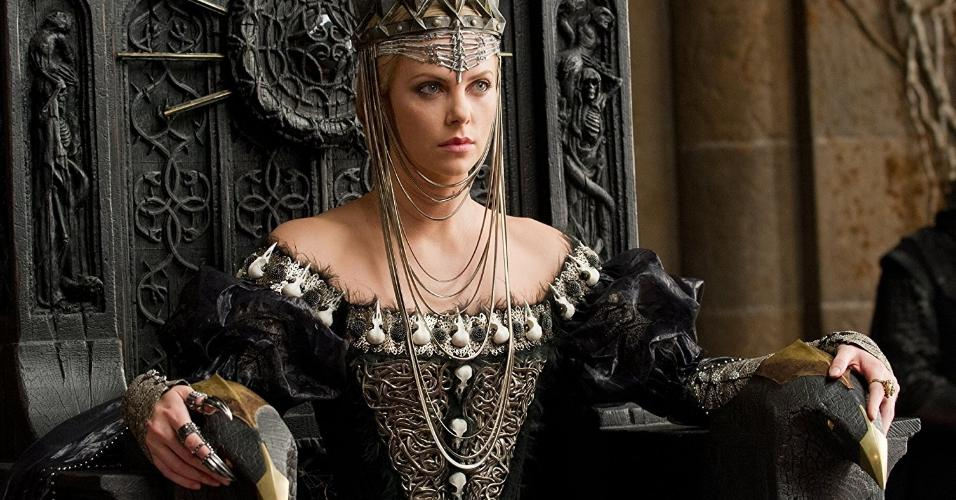"""Charlize Theron em cena em """"Branca de Neve e o Caçador"""" (2012)"""