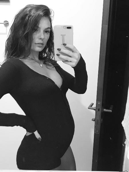 Isis Valverde posa gravidíssima em frente ao espelho - Reprodução/Instagram