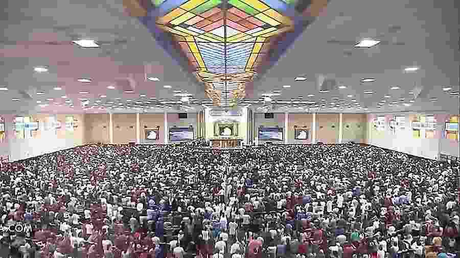 Fiéis lotam culto da Igreja Universal em São Paulo - Reprodução