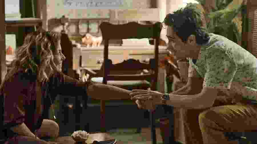 Valentim (Danilo Mesquita) se emociona no encontro com sua verdadeira mãe: Luzia (Giovanna Antonelli) - Divulgação/TV Globo