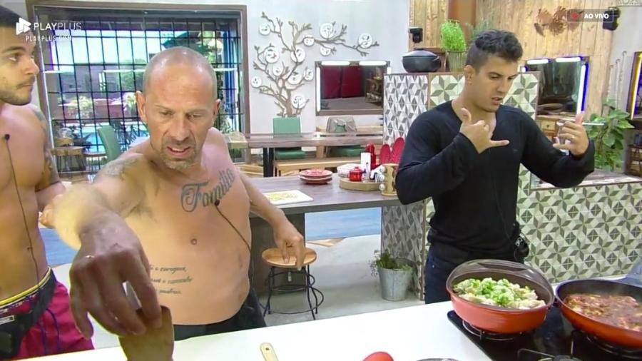 Rafael Ilha e Felipe Sertanejo conversam durante a preparação do almoço  - Reprodução/PlayPlus