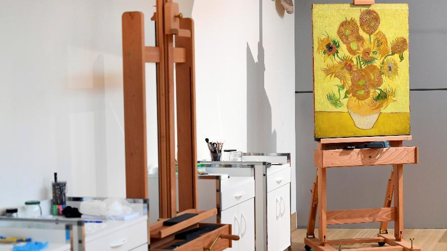 """A obra """"Sunflowers"""", de Van Gogh, é restaurada no museu do artista na Holanda - Piroschka van de Wouw/Reuters"""