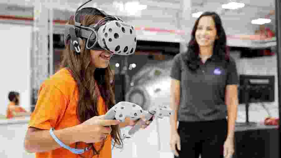 Aparelho de realidade virtual do Kennedy Space Center Visitor Complex faz o turista sentir que está em Marte - Divulgação/Kennedy Space Center