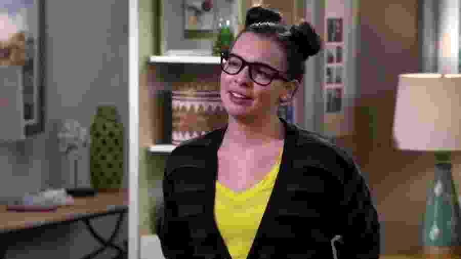 "Isabella Gomez vive Elena em ""One Day at a Time"" - Reprodução/YouTube"