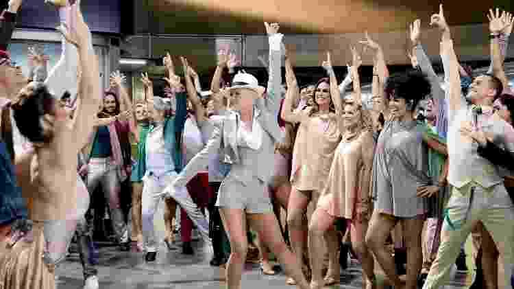 "Xuxa grava ao lado de bailarinos abertura de ""Dancing Brasil"" - Blad Meneghel/TV Record"