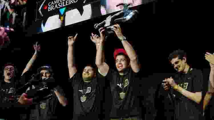 Kami ao lado de Espeon, Venon, SirT e brTT no primeiro título brasileiro, em 2013 - Riot Games/Divulgação