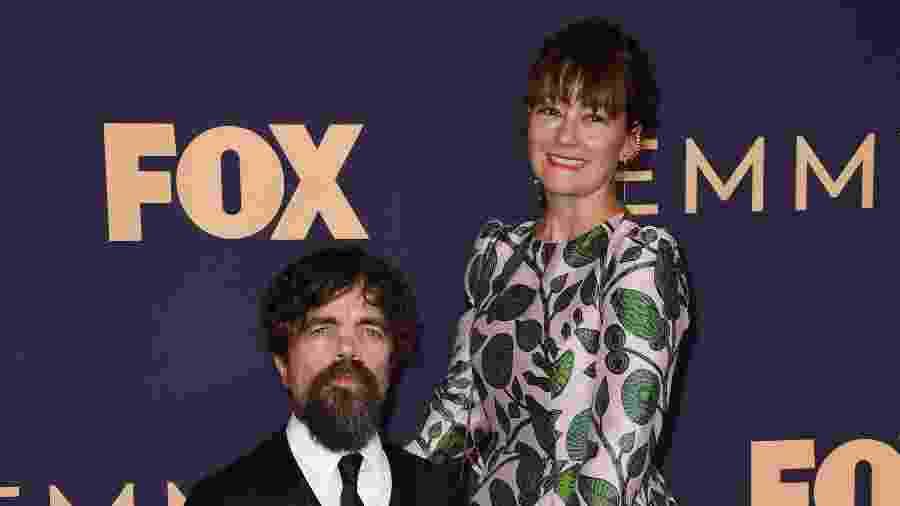 Os atores Peter Dinklage e sua esposa, Erica Schmidt, passam pelo tapete vermelho antes do início da cerimônia do Emmy - Robyn Beck/AFP