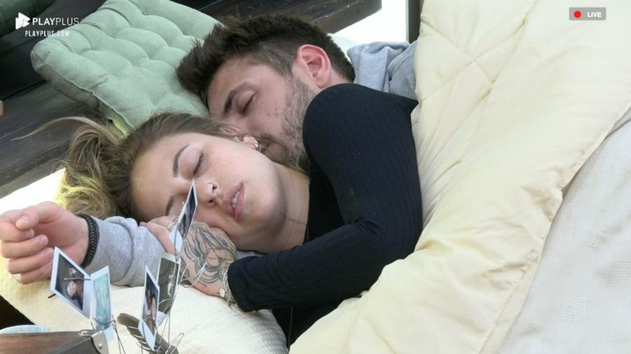 Bifão e Guilherme dormem abraçados no quarto da sede - Reprodução/PlayPlus