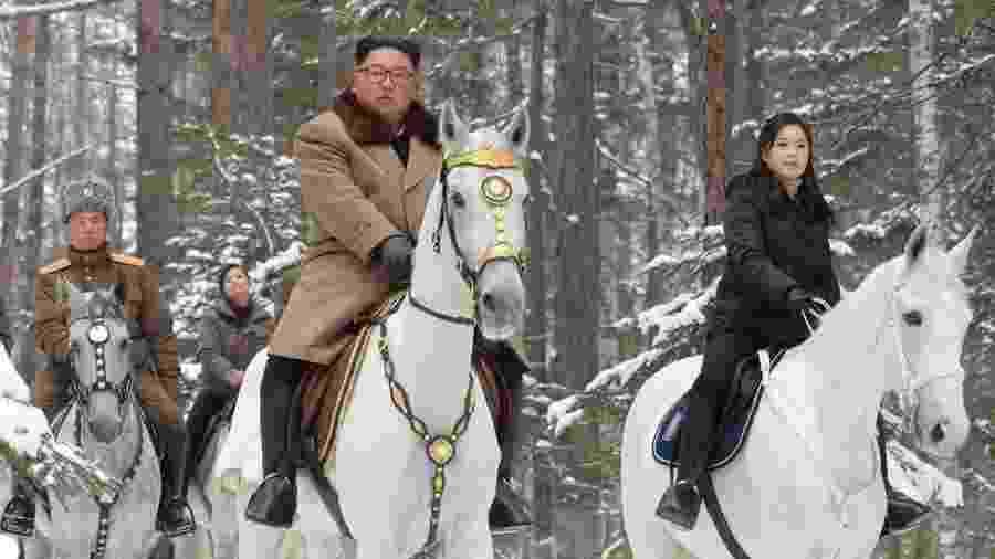 Kim Jong-un estava acompanhado por sua esposa e altos oficiais militares - AFP/KCNA