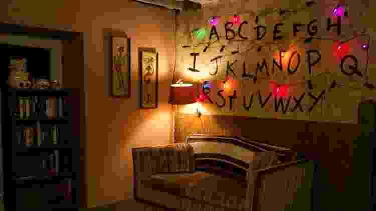"""Mural de luzes e letras característico da série de ficção científica """"Stranger Things"""" - Reprodução/Airbnb"""