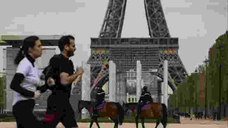 Na França, a caminhada ou a corrida ao ar livre são permitidas, desde que a pessoa saia sozinha - EPA - EPA
