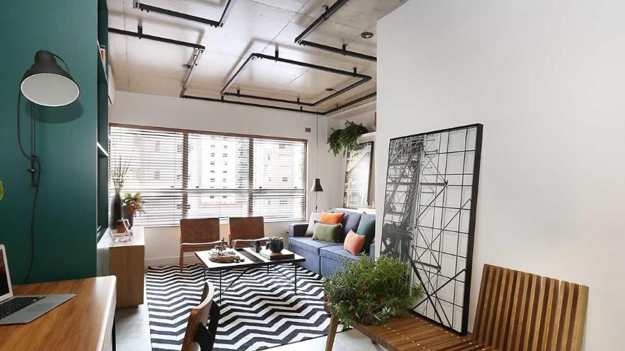 Sala de estar com tubulação à mostra para esconder os fios - Reprodução/Pinterest