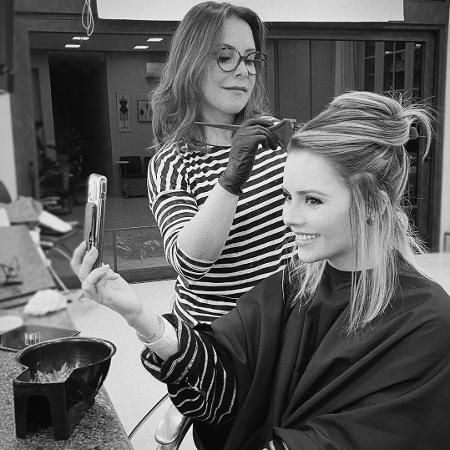 Sandy tendo a tintura retocada por Noely  - Reprodução/ Instagram