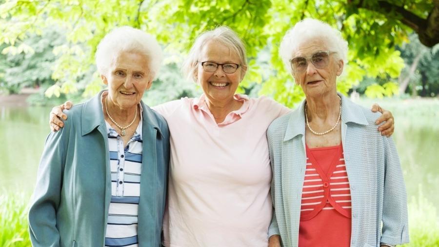 Há muitos benefícios em uma pessoa com mais de 60 conviver com idosos mais velhos - iStock