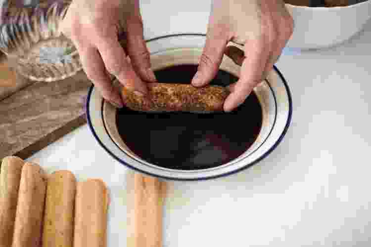 Bolachas devem ser molhadas para o preparo do tiramisu - Getty Images/iStockphoto - Getty Images/iStockphoto