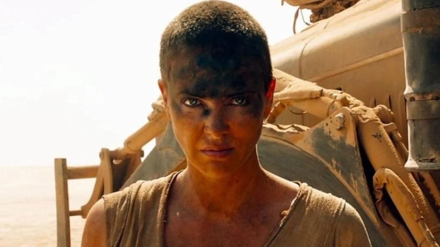"""Charlize Theron em cena de """"Mad Max: Estrada da Fúria"""" - Reprodução/ Warner"""