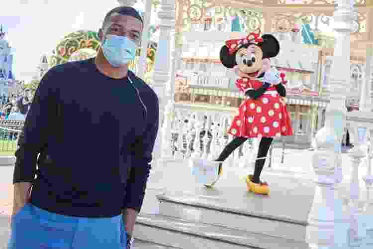 Nem o jogador Kylian Mbappé conseguiu chegar bem pertinho na Minnie quando visitou o parque - Getty Images - Getty Images
