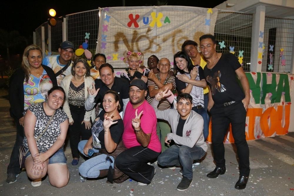 17.ago.2015- Grupo de fãs se reúnem para esperar Xuxa no Recnov