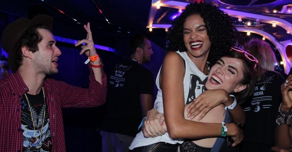 """20.set.2015 - Amigos, Maria Casadevall, Lucy Ramos e Gil Coelho se encontram no meio da noite no Rock in Rio. Todos estão no ar em """"I Love Paraisópolis"""""""