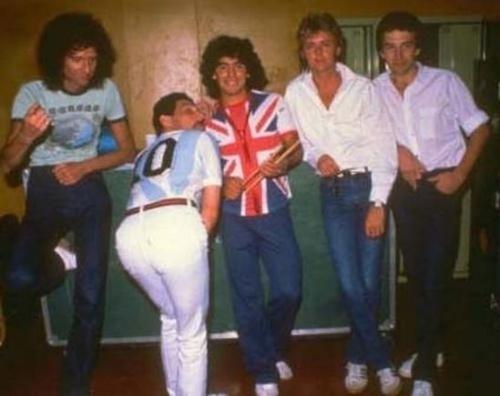 Banda Queen posa ao lado de Diego Maradona em 1981 em turnê pela Argentina