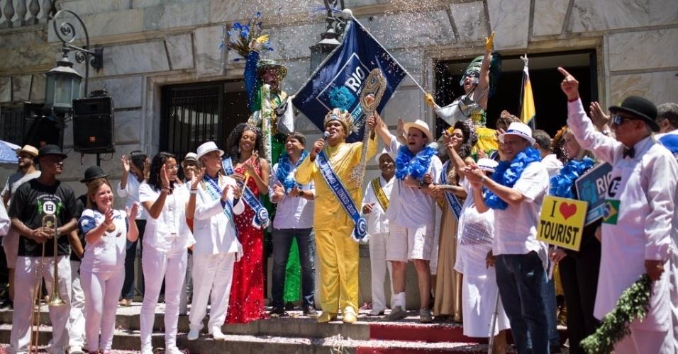 05.fev.2016 - Como é tradição, o prefeito do Rio de Janeiro Eduardo Paes entrega a chave da cidade ao Rei Momo, Wilson Dias da Costa Neto. A cerimônia marca o inicio oficial do Carnaval carioca.