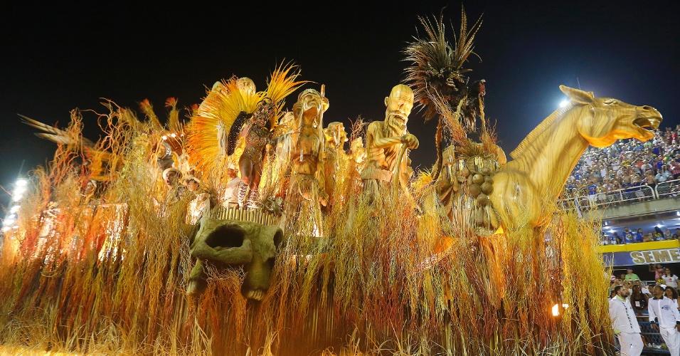 8.fev.2016 - Em um dos momentos do desfile da Mocidade, Dom Quixote é apresentado à triste realidade dos tempos coloniais e à luta dos negros por liberdade e igualdade.