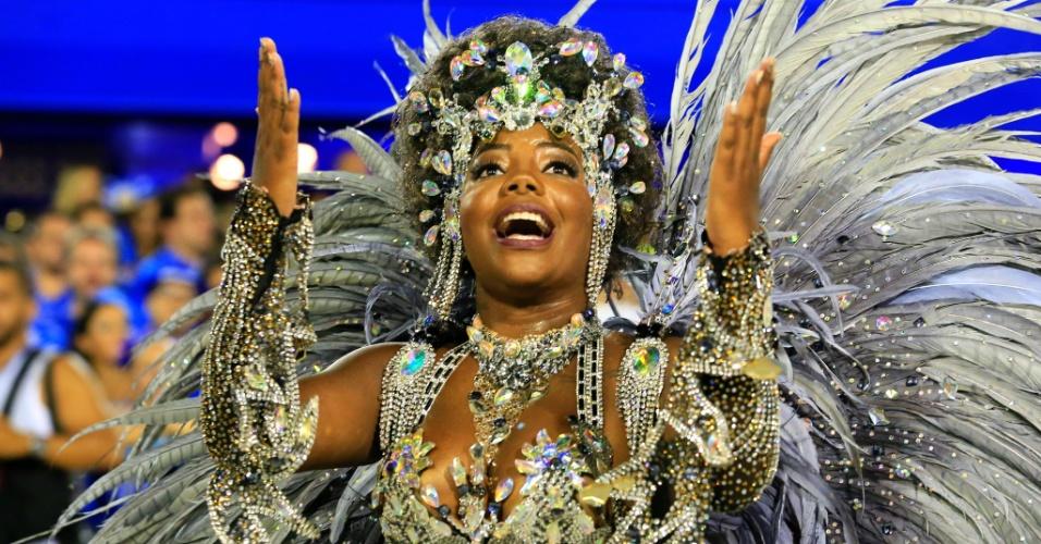 8.fev.2016 - A cantora Ludmilla escolheu uma fantasia sensual para estrear no Carnaval carioca desfilando pelo Salgueiro.