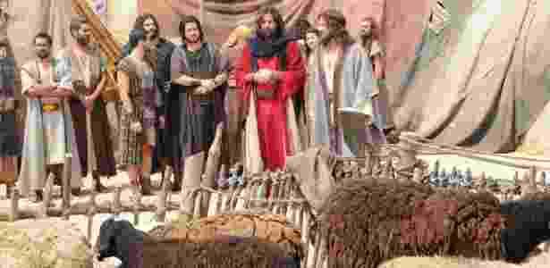 """Moisés (Guilherme Winter, de vermelho) e os hebreus no acampamento no deserto em """"Os Dez Mandamentos - Nova Temporada"""" - Munir Chatack/Record"""
