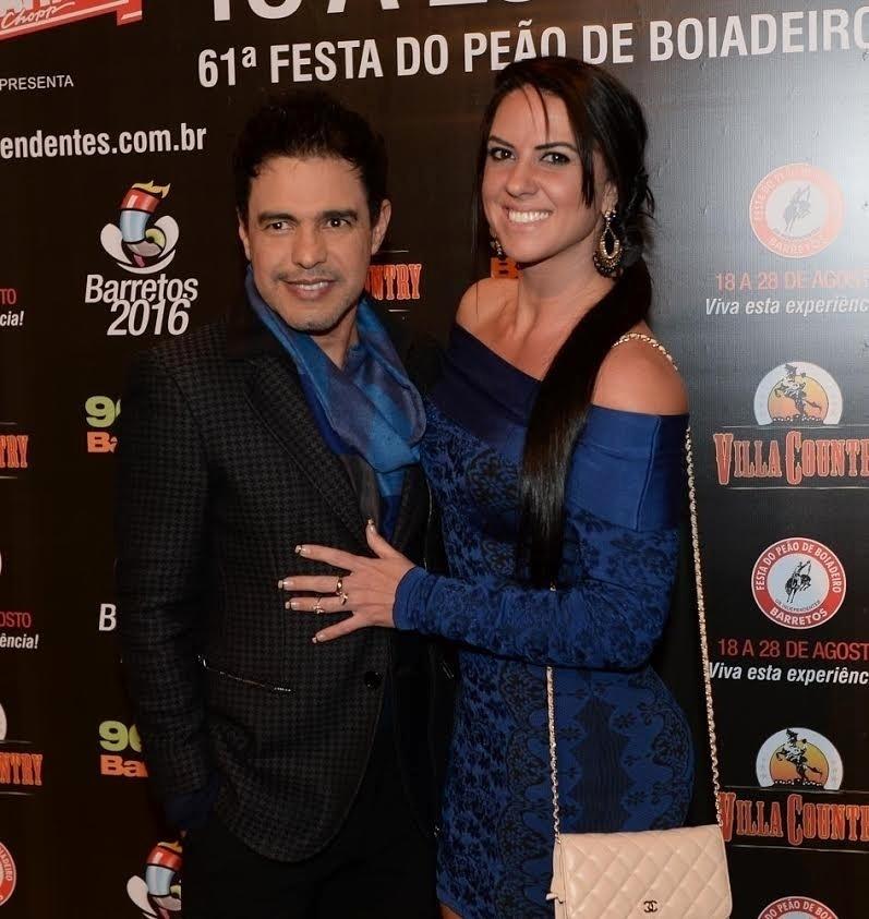 20.jul.2016 - Zezé di Camargo e sua mulher, Graciele Lacerda, chegam ao evento de lançamento da 61 ª edição da Festa do Peão de Barretos, que acontece  entre os dias 18 e 28 de agosto