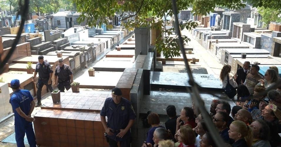 17.set.2016 - Amigos e familiares acompanham enterro de Domingos Montagner no Cemitério da Quarta Parada