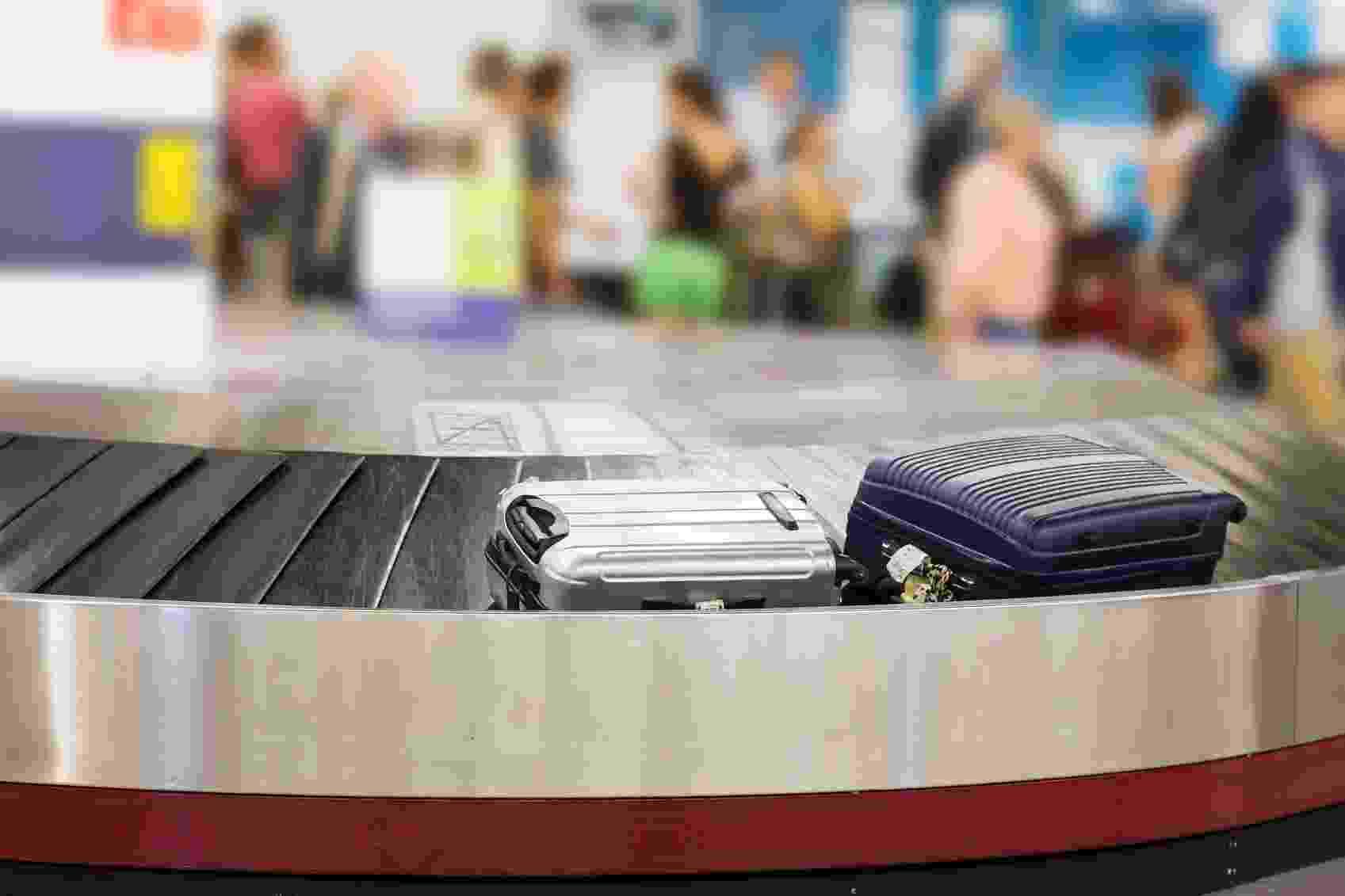Aeroporto, mala de viagem, esteira de bagagem - Getty Images