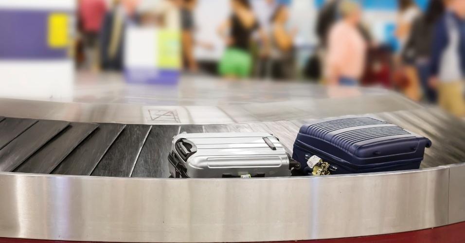 Aeroporto, mala de viagem, esteira de bagagem