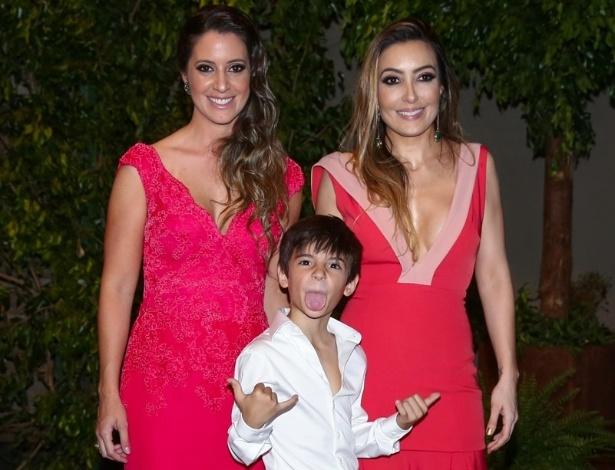 21.nov.2016 - Krizia, Tainá e Zayon, filhos de Fábio Jr., posam para fotos no casamento do cantor com Fernanda Pasucci