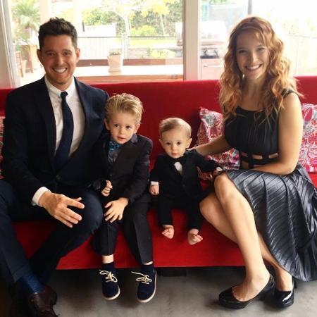 Bublé e a mulher com os filhos, Noah (à esquerda), e Elías - Reprodução/Facebook