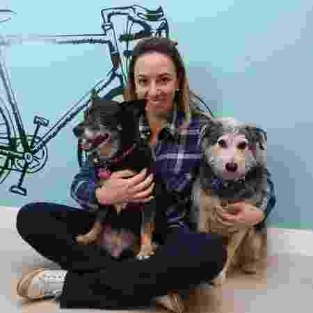 Marina Carvalho e seus cães: Leleca (à dir.) e Zeca. Os dois comem comida natural - Evelson de Freitas/ UOL
