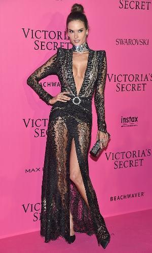 Alessandra Ambrosio chega para o desfile da Victoria's Secret, em Paris, 2016