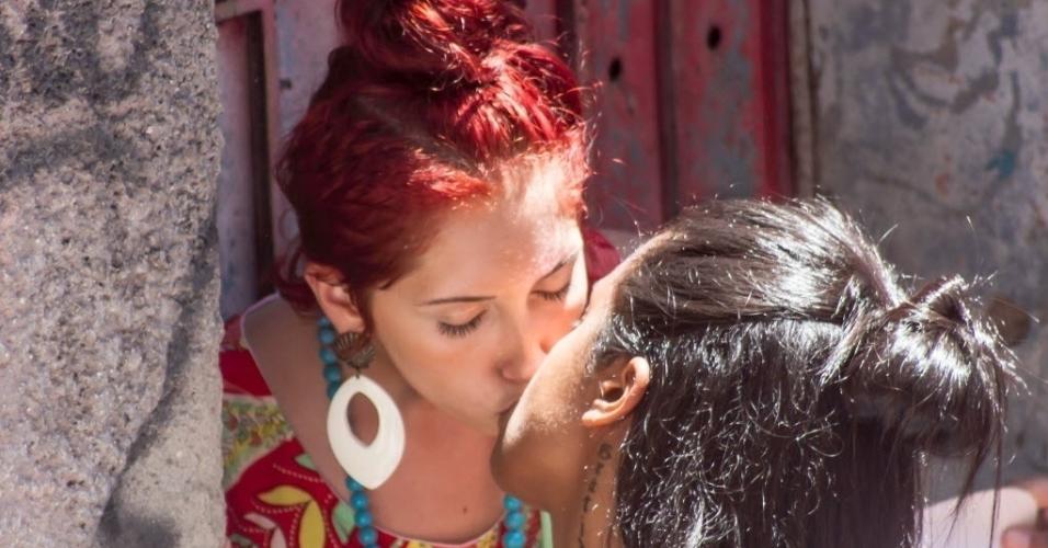 12.fev.2017 - Tem beijoqueira também no bloco Volta, Alice, que lotou as ruas de Laranjeiras, no Rio, no domingo (12)