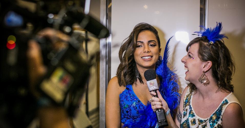Usando um look azul com plumas, Anitta conversa com o UOL antes de cantar no CarnaUOL