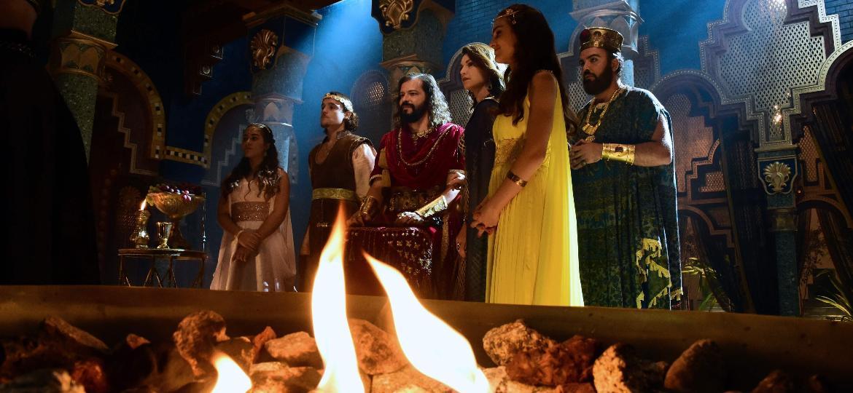 """Nos preparativos da filmagem da coroação do rei Nabucodonosor II, os atores de """"O Rico e Lázaro"""" ensaiam uma cena pela última vez em um cenário majestoso - AFP PHOTO / TASSO MARCELO"""