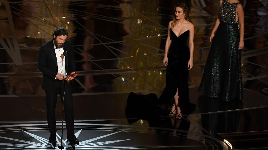 Casey Affleck faz discurso no palco do Oscar 2017; Brie Larson se recusou a aplaudir o ator - AFP PHOTO / Mark RALSTON