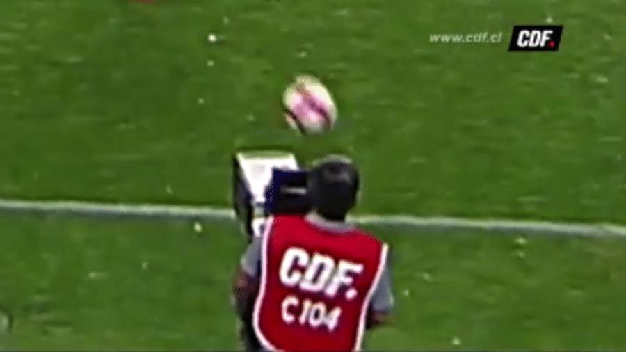 """Cinegrafista leva bolada no rosto, preocupa jogadores e paralisa partida entre O""""Higgins e Deportes Iquique, no Chile - Reprodução/CDF.cl"""