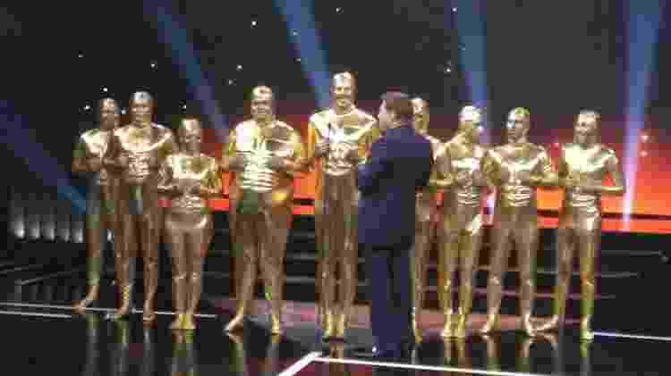 """Danilo Gentili e equipe do """"The Noite"""" recebem troféu Internet ganho em 2015 vestidos de Troféu Imprensa - Ricardo Feltrin/UOL - Ricardo Feltrin/UOL"""
