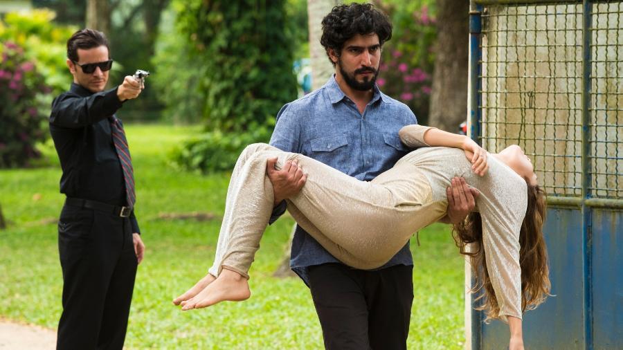 """Renato (Renato Góes) resgata Alice (Sophie Charlotte), sequestrada por Vitor (Daniel de Oliveira), em """"Os Dias Eram Assim"""" - César Alves/TV Globo"""